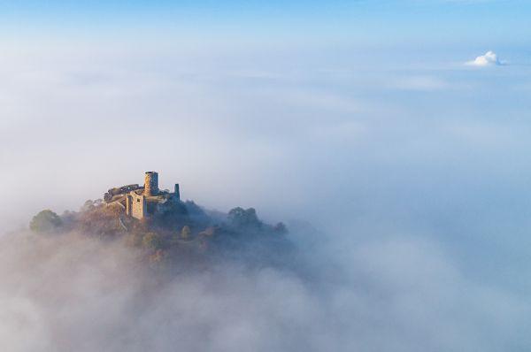 """Luftaufnahme """"Desenberg über den Wolken"""