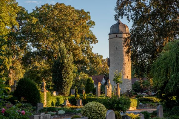 Burgfriedhof mit Sackturm